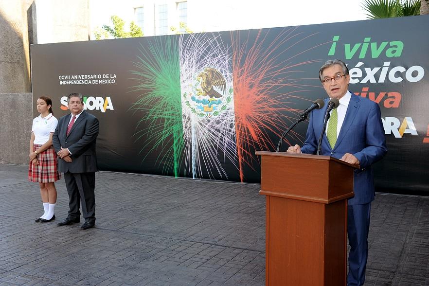 Encabeza Secretario de Economía honores a la Bandera