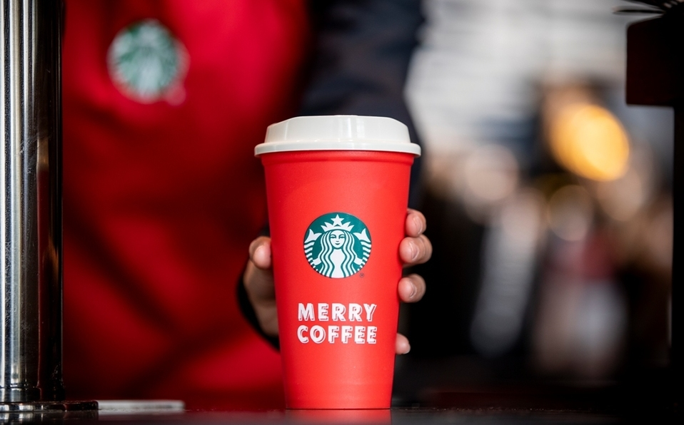Starbucks te regala un vaso reusable navideño
